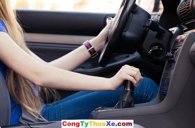 Kinh nghiệm lái xe số sàn cho người mới