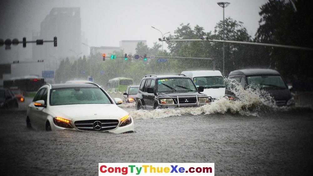 Kinh nghiệm lái xe dưới mưa
